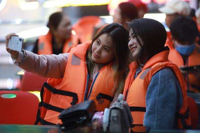 Du khách hào hứng trải nghiệm du thuyền miễn phí ngắm sông Hàn lung linh về đêm  - Ảnh 14.