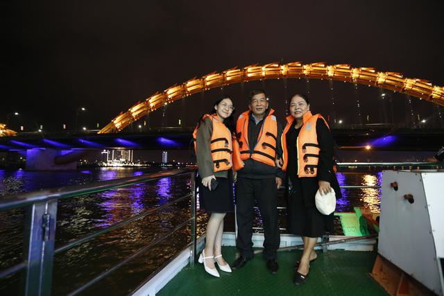 Du khách hào hứng trải nghiệm du thuyền miễn phí ngắm sông Hàn lung linh về đêm  - Ảnh 15.