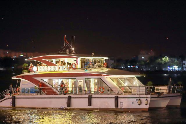 Du khách hào hứng trải nghiệm du thuyền miễn phí ngắm sông Hàn lung linh về đêm  - Ảnh 17.