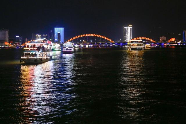Du khách hào hứng trải nghiệm du thuyền miễn phí ngắm sông Hàn lung linh về đêm  - Ảnh 18.