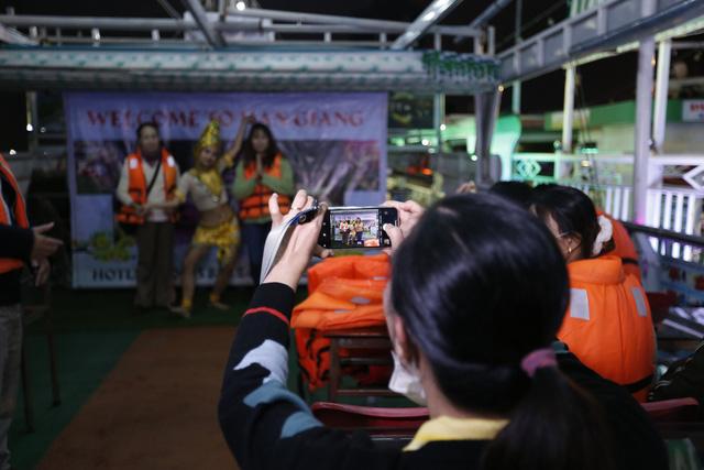 Du khách hào hứng trải nghiệm du thuyền miễn phí ngắm sông Hàn lung linh về đêm  - Ảnh 9.