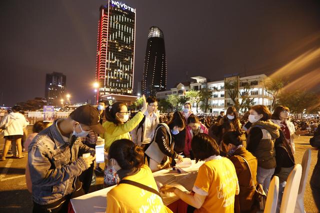 Du khách hào hứng trải nghiệm du thuyền miễn phí ngắm sông Hàn lung linh về đêm  - Ảnh 2.
