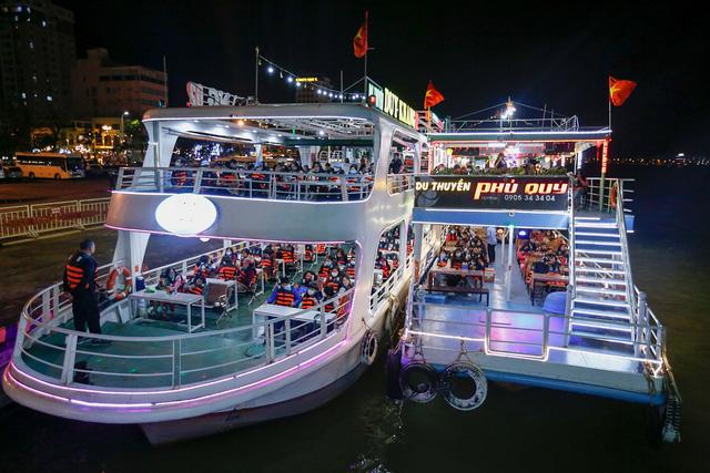 Du khách hào hứng trải nghiệm du thuyền miễn phí ngắm sông Hàn lung linh về đêm  - Ảnh 3.