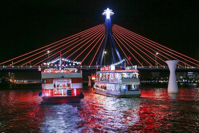Du khách hào hứng trải nghiệm du thuyền miễn phí ngắm sông Hàn lung linh về đêm  - Ảnh 4.