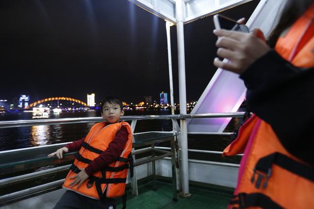 Du khách hào hứng trải nghiệm du thuyền miễn phí ngắm sông Hàn lung linh về đêm  - Ảnh 6.