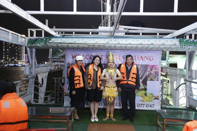 Du khách hào hứng trải nghiệm du thuyền miễn phí ngắm sông Hàn lung linh về đêm  - Ảnh 8.