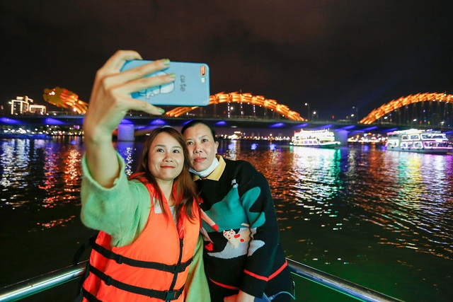Du khách hào hứng trải nghiệm du thuyền miễn phí ngắm sông Hàn lung linh về đêm  - Ảnh 10.
