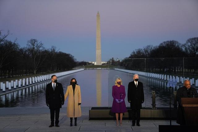 Tổng thống đắc cử Joe Biden tưởng niệm nạn nhân Covid-19 trước lễ nhậm chức - Ảnh 3.