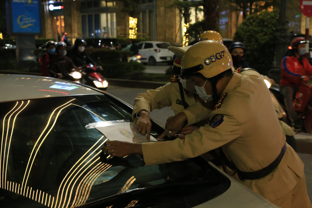 Thừa Thiên Huế triển khai dán thông báo phạt nguội trên xe ô tô vi phạm giao thông - Ảnh 1.