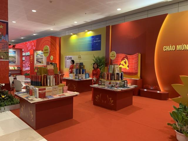 Không gian văn hóa bên hành lang Đại hội XIII của Đảng - Ảnh 2.