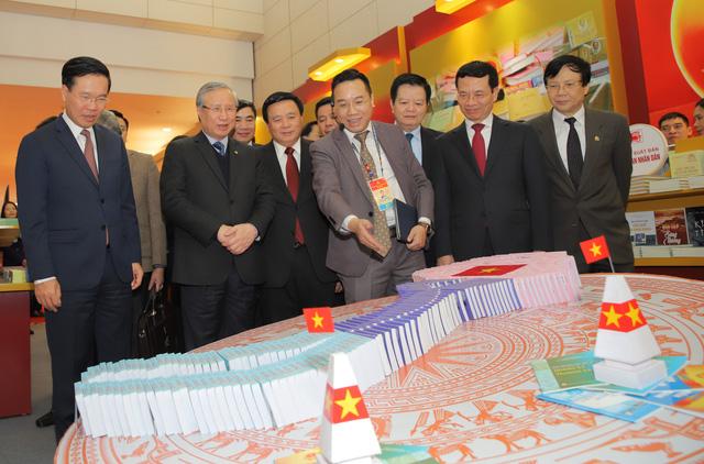 Thường trực Ban Bí thư Trần Quốc Vượng tham quan không gian trưng bày sách chào mừng Đại hội XIII của Đảng - Ảnh 2.