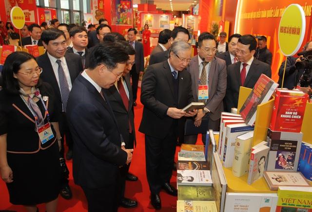 Thường trực Ban Bí thư Trần Quốc Vượng tham quan không gian trưng bày sách chào mừng Đại hội XIII của Đảng - Ảnh 3.