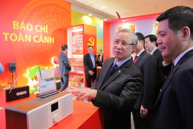 Thường trực Ban Bí thư Trần Quốc Vượng tham quan không gian trưng bày sách chào mừng Đại hội XIII của Đảng - Ảnh 4.