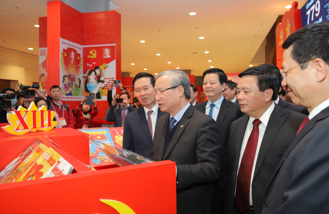 Thường trực Ban Bí thư Trần Quốc Vượng tham quan không gian trưng bày sách chào mừng Đại hội XIII của Đảng - Ảnh 5.