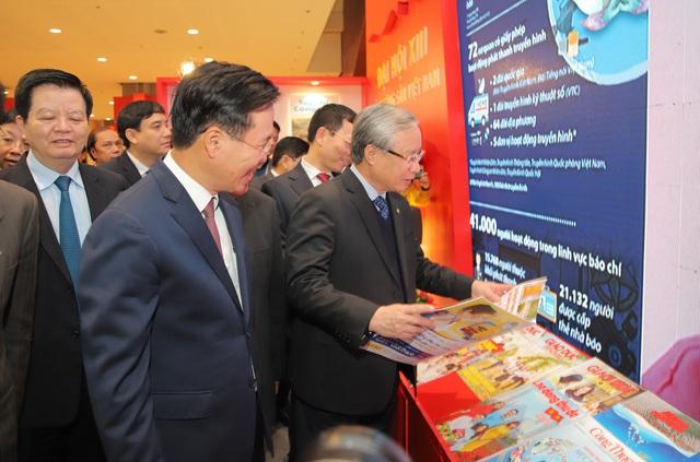Thường trực Ban Bí thư Trần Quốc Vượng tham quan không gian trưng bày sách chào mừng Đại hội XIII của Đảng - Ảnh 6.