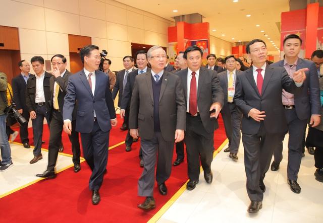 Thường trực Ban Bí thư Trần Quốc Vượng tham quan không gian trưng bày sách chào mừng Đại hội XIII của Đảng - Ảnh 1.