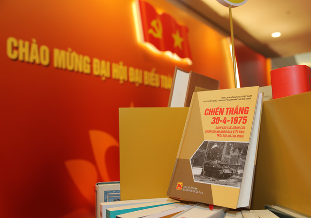 Thường trực Ban Bí thư Trần Quốc Vượng tham quan không gian trưng bày sách chào mừng Đại hội XIII của Đảng - Ảnh 7.