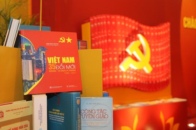 Thường trực Ban Bí thư Trần Quốc Vượng tham quan không gian trưng bày sách chào mừng Đại hội XIII của Đảng - Ảnh 8.