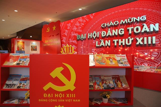 Thường trực Ban Bí thư Trần Quốc Vượng tham quan không gian trưng bày sách chào mừng Đại hội XIII của Đảng - Ảnh 9.