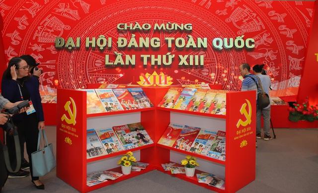 Thường trực Ban Bí thư Trần Quốc Vượng tham quan không gian trưng bày sách chào mừng Đại hội XIII của Đảng - Ảnh 10.