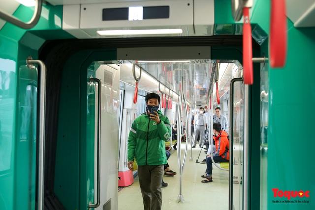 Người dân hào hững tham quan đoàn tàu metro Nhổn - ga Hà Nội - Ảnh 6.