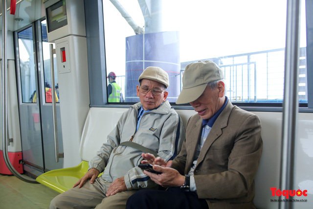 Người dân hào hững tham quan đoàn tàu metro Nhổn - ga Hà Nội - Ảnh 8.
