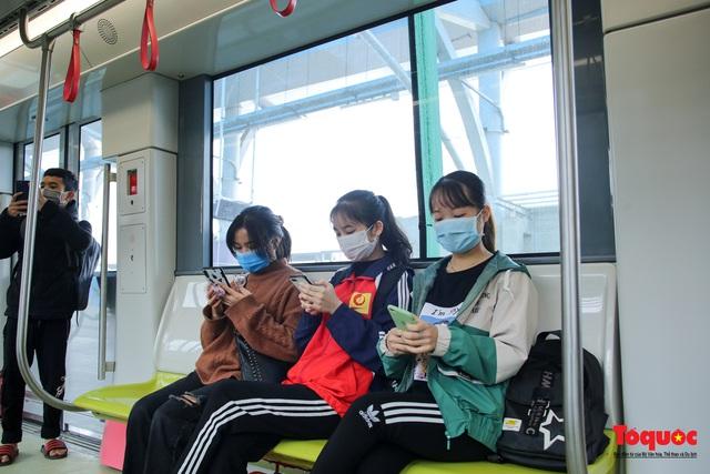 Người dân hào hững tham quan đoàn tàu metro Nhổn - ga Hà Nội - Ảnh 7.