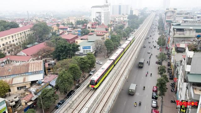 Người dân hào hững tham quan đoàn tàu metro Nhổn - ga Hà Nội - Ảnh 1.