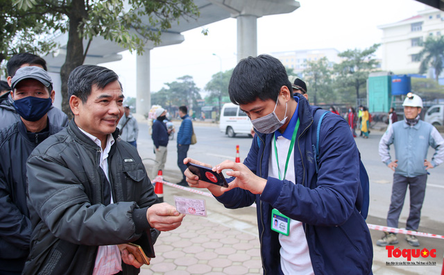 Người dân hào hững tham quan đoàn tàu metro Nhổn - ga Hà Nội - Ảnh 3.