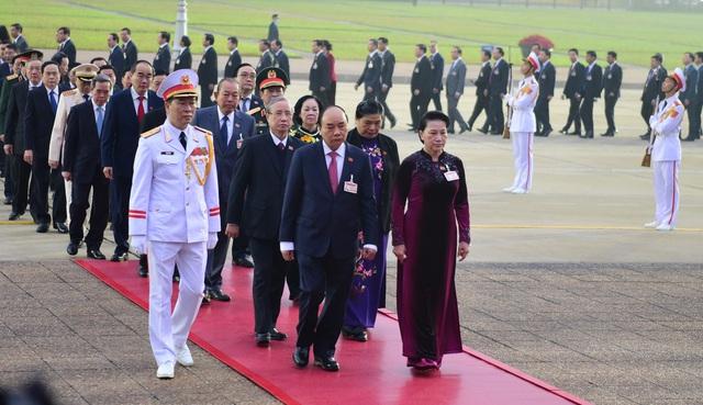Đại biểu dự Đại hội XIII của Đảng vào Lăng viếng Chủ tịch Hồ Chí Minh - Ảnh 3.