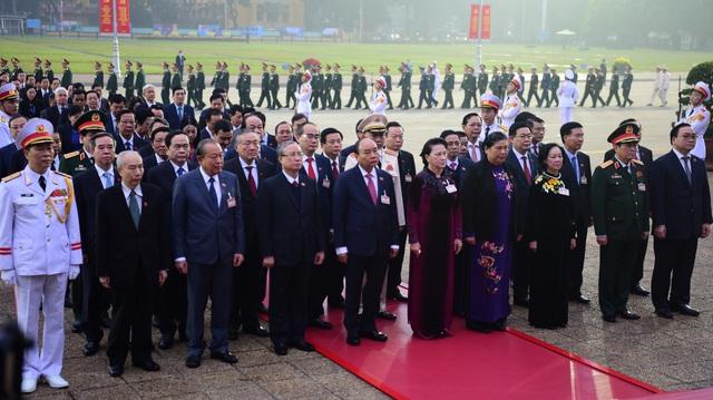 Đại biểu dự Đại hội XIII của Đảng vào Lăng viếng Chủ tịch Hồ Chí Minh - Ảnh 4.