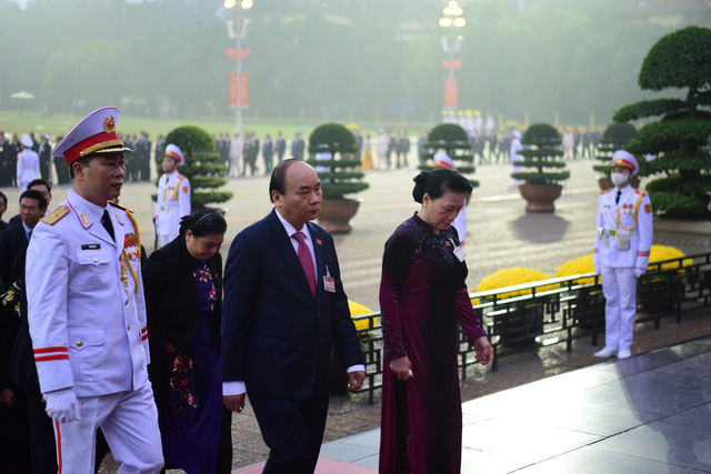 Đại biểu dự Đại hội XIII của Đảng vào Lăng viếng Chủ tịch Hồ Chí Minh - Ảnh 5.
