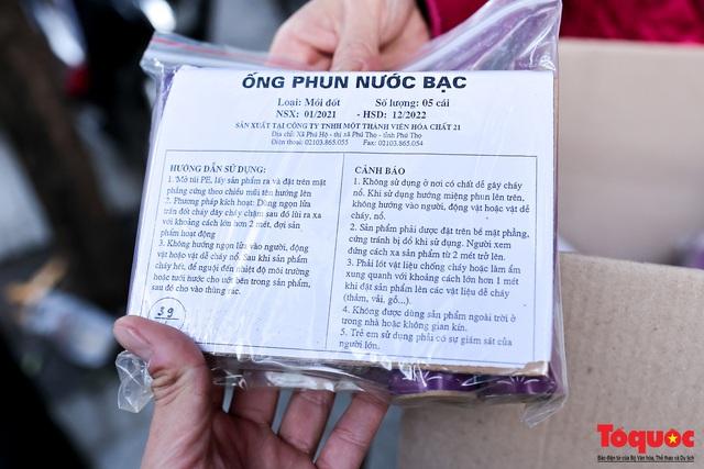 Người Hà Nội đổ xô đi mua pháo hoa về chơi Tết - Ảnh 10.