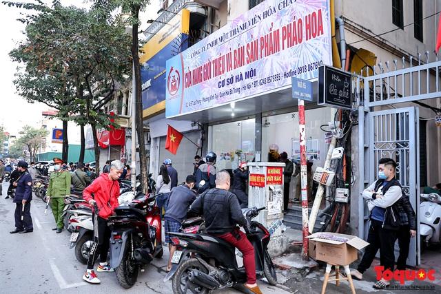 Người Hà Nội đổ xô đi mua pháo hoa về chơi Tết - Ảnh 1.