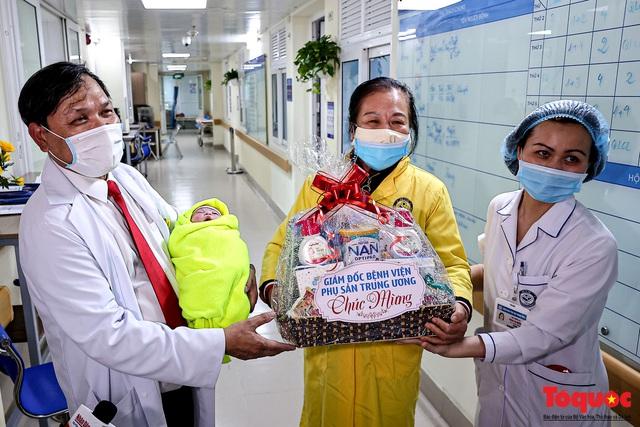 Khoảng khắc thiêng liêng của những công dân Việt đầu tiên chào đời năm Tân sửu 2021 - Ảnh 18.