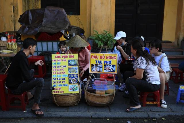 """Du khách tuân thủ đeo khẩu trang """"check-in"""" phố cổ Hội An - Ảnh 9."""