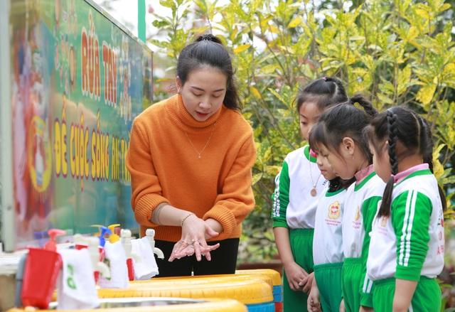 Quảng Bình: Căng mình phòng chống dịch Covid-19 khi học sinh trở lại trường - Ảnh 1.