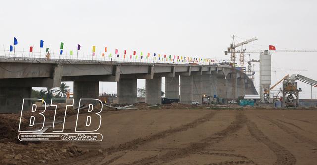 Hợp long cầu vượt sông Trà Lý trên tuyến đường bộ ven biển tỉnh Thái Bình - Ảnh 2.