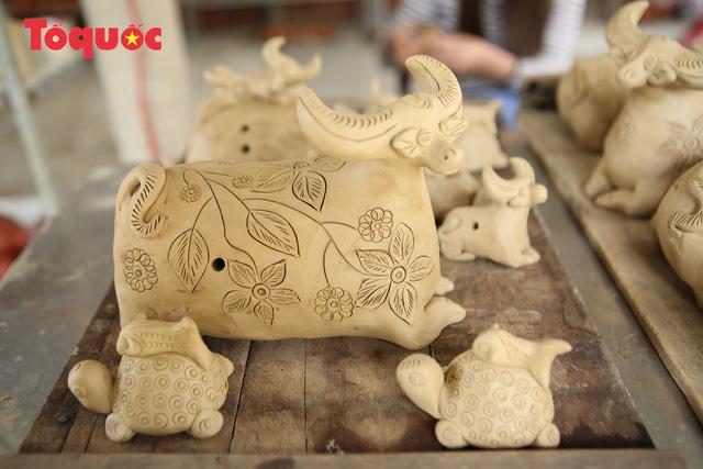 Tết Tân Sửu, về làng gốm hơn 500 tuổi xem nghệ nhân nặn tượng trâu đất - Ảnh 9.