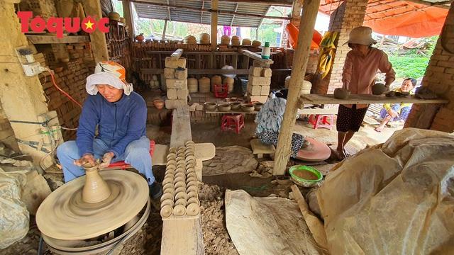 Tết Tân Sửu, về làng gốm hơn 500 tuổi xem nghệ nhân nặn tượng trâu đất - Ảnh 2.