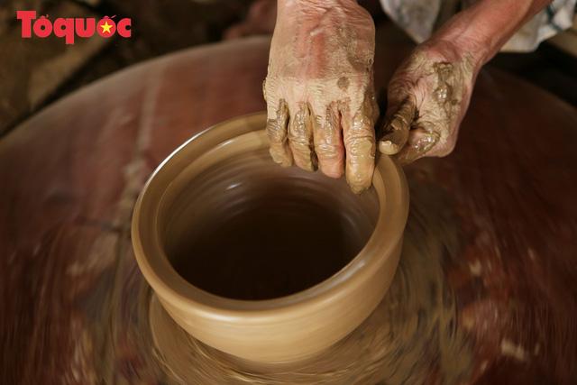 Tết Tân Sửu, về làng gốm hơn 500 tuổi xem nghệ nhân nặn tượng trâu đất - Ảnh 3.