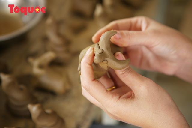 Tết Tân Sửu, về làng gốm hơn 500 tuổi xem nghệ nhân nặn tượng trâu đất - Ảnh 7.