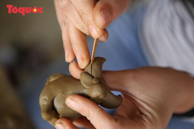 Tết Tân Sửu, về làng gốm hơn 500 tuổi xem nghệ nhân nặn tượng trâu đất - Ảnh 8.
