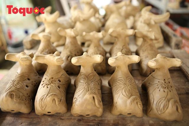 Tết Tân Sửu, về làng gốm hơn 500 tuổi xem nghệ nhân nặn tượng trâu đất - Ảnh 10.