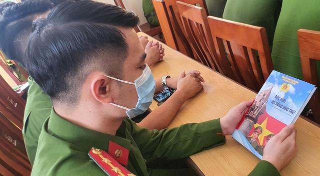 """Trao Bằng """"Tổ quốc ghi công"""" cho thân nhân hai liệt sĩ cán bộ, chiến sĩ Công an Đà Nẵng - Ảnh 3."""