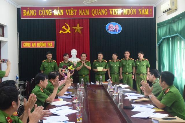 Công an Thừa Thiên Huế khen thưởng lực lượng phá chuyên án lừa đảo qua mạng, bắt 16 đối tượng - Ảnh 1.