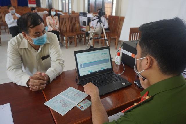 Công an Đà Nẵng tăng tốc cấp căn cước công dân có gắn thẻ chip cho người dân - Ảnh 2.