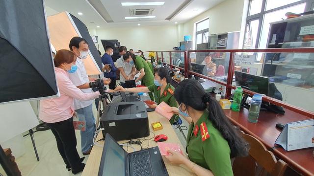 Công an Đà Nẵng tăng tốc cấp căn cước công dân có gắn thẻ chip cho người dân - Ảnh 6.