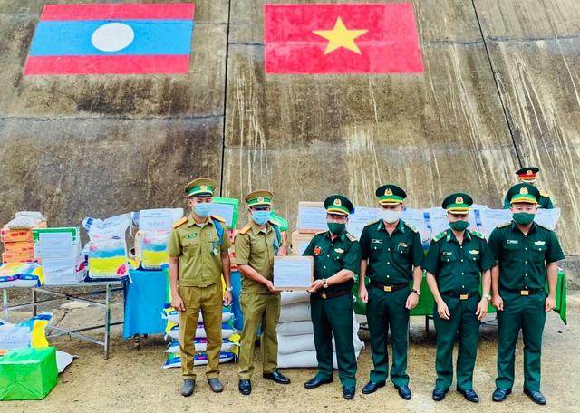 Tặng lương thực và vật tư y tế cho lực lượng vũ trang Lào - Ảnh 1.