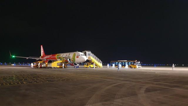 Hơn 350 hành khách từ Nhật Bản hạ cánh sân bay Vân Đồn an toàn - Ảnh 1.